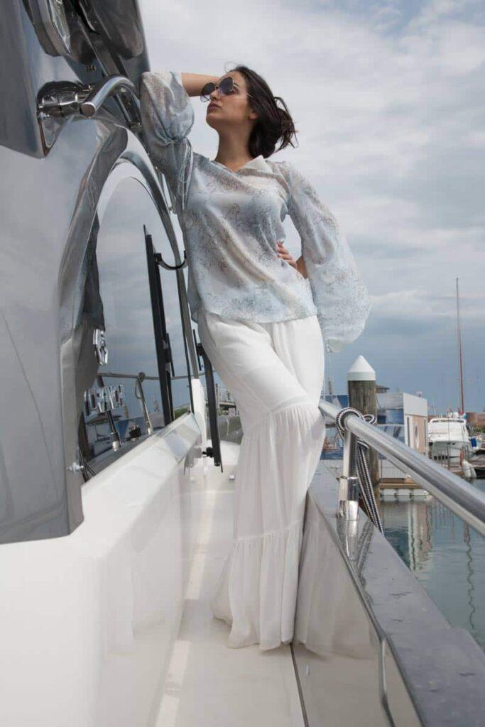 blusa crȇpe maniche con coulisse e pantagonna in crȇpe a gale